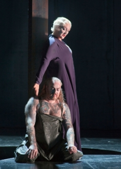 Michaela Schuster (Ortrud) i Evgeny Nikitin (Telramund) al Lohengrin a AMsterdam, producció de Pierre Audi Fotografia Ruth  Walz