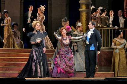 Renée Fleming, Kelli O'Hara i Alek Shrader a The Merry Widow al MET Foto Metopera/ Ken Howard