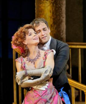 Kelli O'Hara (Valencienne) i Alek Shrader (Camille de Rosillon) a The Merry Widow al MET .Photo: Ken Howard/The Metropolitan Opera