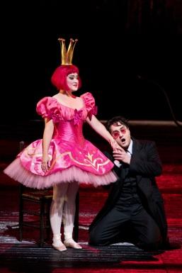 "Erin Morley (Olympia) i Vittorio Grigolo (Hoffmann) a ""Les Contes d'Hoffmann."" Foto: Marty Sohl/Metropolitan Opera"