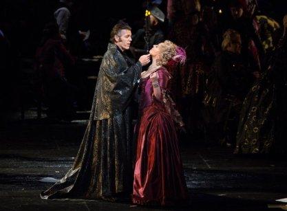 "Thomas Hampson (Dapertutto) i Christine Rice (Giuletta) a ""Les Contes d'Hoffmann."" Foto: Marty Sohl/Metropolitan Opera"