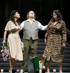 Nuia Lorenzo (Lola), Gregory Kunde (Turiddu) i Daniela Barcellona (Santuzza) Foto  ABAO-OLBE ©E. Moreno Esquibel