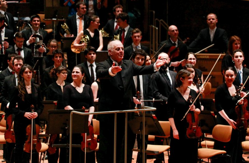 Daniel Barenboim i la West-Eastern Divan Orchestra reben els aplaudiments a la sala Philharmonie de Berlín, el 4 d'abril de 2015 Foto Thomas Bartilla