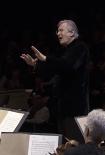 Sir John Eliot Gardiner dirigint la Missa en Si menor de Bach a la Sala Philharmonie de París 3 d'abril de 2015