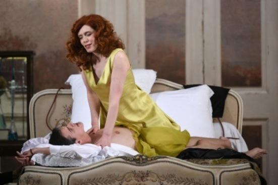 Patricia Petibon (Alcina) seduint a Philippe Jaroussky (ruggiero) a Alcina de Handel. Producció de Katie Mitchell. Fotografia de Patrick Berger