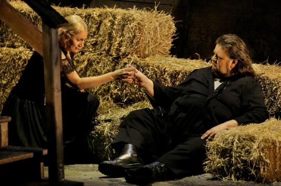 Anja Kampe (Sieglinde) i Johan Botha (Siegmund). Acte 1er Die Walküre Producció de Franz Castorf per a Bayreuth Fotografia  © Bayreuther Festspiele / Enrico Nawrath