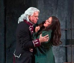 Dmitri Hvorostovsky i Anna Netrebko a Il Trovatore. Fotografia Marty Sohl/Metropolitan Oper