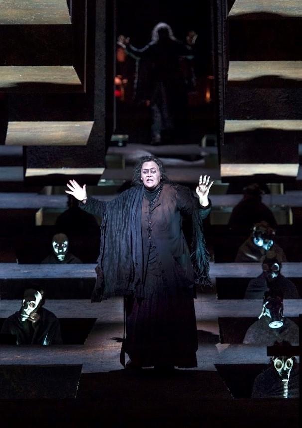 Violeta Urmaana (Azucena) a Il Trovatore a Amsterdam 2015. Producció de Alex Olle (la Fura dels Baus) Fotografia Ruth Walz