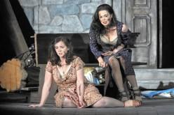 Sarah Shafer (rosetta) i Anna caterina Antonacci (Cesira) a Two Women de Marco Tutino, producció de Francesca Zemballo. Estrena mundial a l'Opera de San Francisco juny 2015