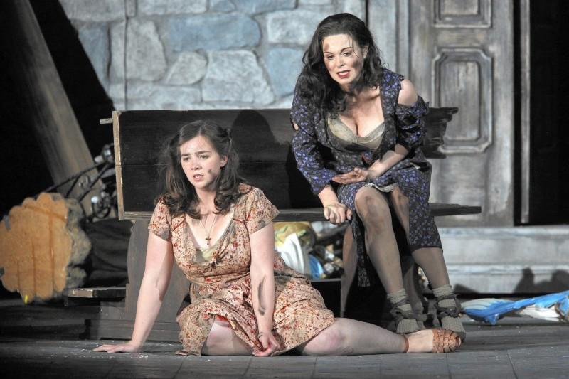 Sarah Shafer (rosetta) i Anna caterina Antonacci (Cesira) a Two Women de Marco Tutino, producció de Francesca Zambello. Estrena mundial a l'Opera de San Francisco juny 2015