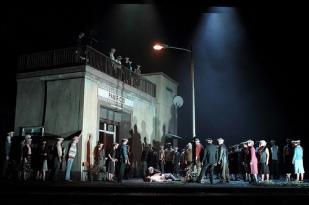 Escena inicial de Cavalleria Rusticana, producció de Damiano Michieletto © 2015 ROH. Photograph by Catherine Ashmore