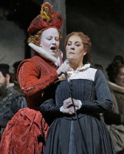 Elza van den Heever (Elisabetta) i Sondra Radvanovsky (Stuarda) en l'escena de la confrontació del segon acte. Foto Ken Howard MET