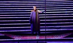 Tamara Mumford (El pelegrí) a L'amour de loin de Kaija Saarihao, producció de Robert Lepage a Quebec. Fotografia Louise Leblanc