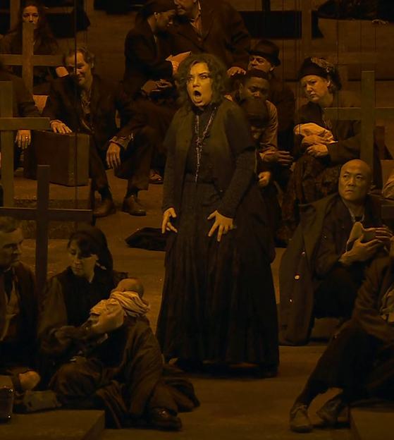 Ekaterina Semenchuk (Azucena) en el segon acte de Il TRovatore a La Bastille. Producció de Àlex Ollé (La Fura dels Baus)