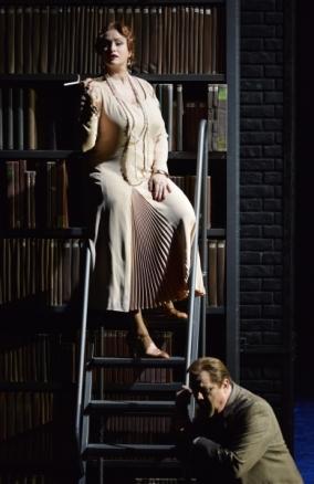Ángeles Blancas (Emilia Marty) a Vec Makropulos, producció de Robert Carsen