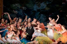 Parsifal på Kungliga Operan 2016. Parsifal (Michael Weinius) omgiven av blomsterflickor (Sanna Gibbs, Elsa Ridderstedt, Susann Végh, Vivianne Holmberg, Sara Olsson, Johanna Rudström)