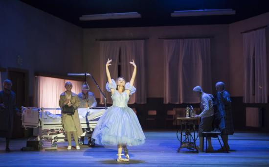 Nadja Mchantaf (Cendrillon)Komischen Oper Berlin Producció de Damiano Michieletto Foto: Monika Rittershaus