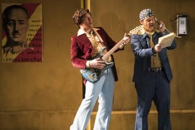 "Gavan Ring (Figaro) i Tyler Nelson (Almaviva) a ""Ecco ridente in cielo"" Fotografies gentilesa de la pàgina web de Wide Open Opera"