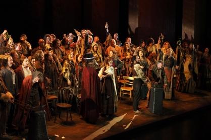 Cor de l'acte 20n de Il Trovatore, p`roducció de Joan Enton Rechi Fotografia gentilesa del departament de premsa del Liceu -®A Bofill