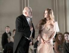 Hamlet Glyndebourne 2017 Polonius (Kim Begley) and Ophelia (Barbara Hannigan).Fotografia de Richard Hubert Smith gentilesa del Festival de Glyndebourne