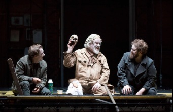 Horatio (Jacques Imbrailo), Gravedigger (John Tomlinson) i Hamlet (Allan Clayton) Acte 2on Hamlet Fotografia de Richard Hubert Smith gentilesa del Festival de Glyndebourne